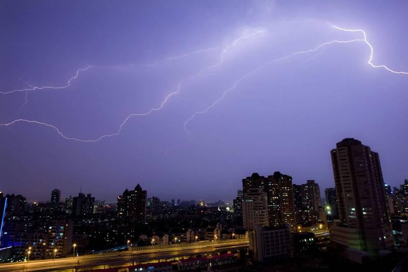 中国国务院目标在2025年要更能透过人工影响天气。图为上海夜空的闪电。(路透档案照)(photo:LTN)