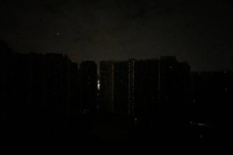 今天凌晨廣東省多個城市包括廣州、東莞、深圳、中山、佛山、惠州、珠海等爆發大停電,消息也登上微博熱搜。(圖擷取自微博)