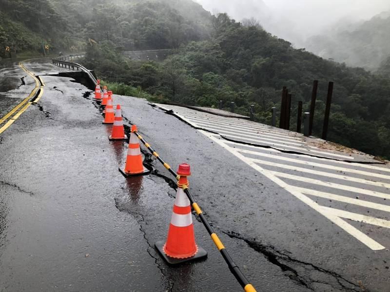 連日大雨釀災,陽金公路往台北方向道路坍塌。(資料照)