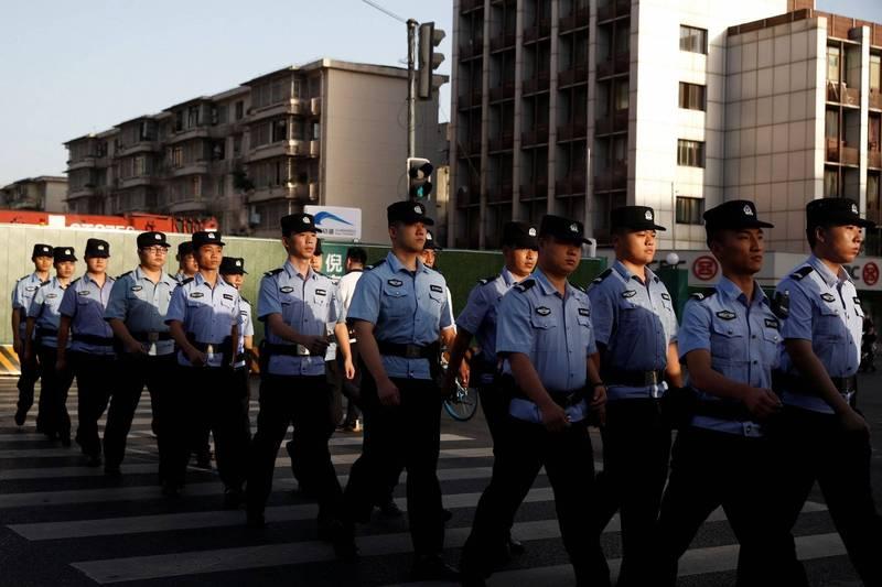 中國湖南一名警察因為涉貪遭留置調查兩個月後,18日不治身亡。圖為中國四川省的警察。(路透資料照)