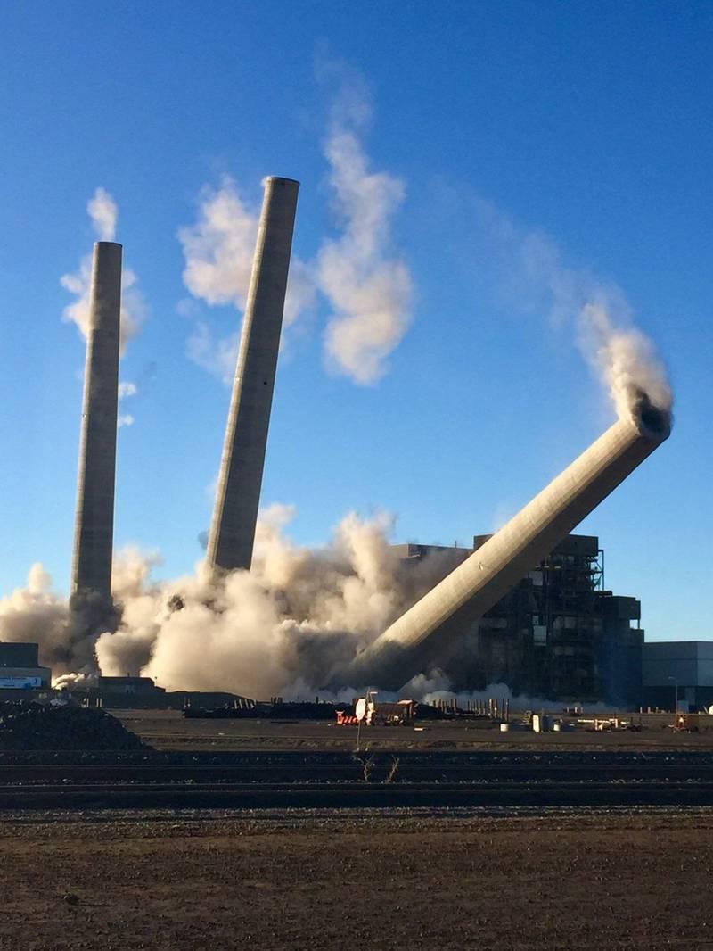 美國西部最大燃煤發電廠──納瓦荷電廠(Navajo Generating Station)進行爆破拆除,3根巨大的煙囪應聲倒下。(美聯社)