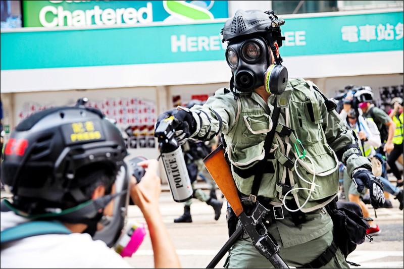 香港高等法院廿一日裁定香港记者协会此前所提的司法覆核败诉,即警方并未于去年反送中运动期间妨害媒体记者在示威抗议活动现场的採访自由。图为去年九月一名在港岛湾仔区铜锣湾採访的第一线记者,遭镇暴警察喷洒胡椒水。(法新社档案照)(photo:LTN)