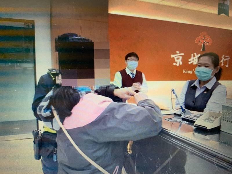 葉姓女子在銀行要匯款,被行員與警方阻止。(記者林宜樟翻攝)