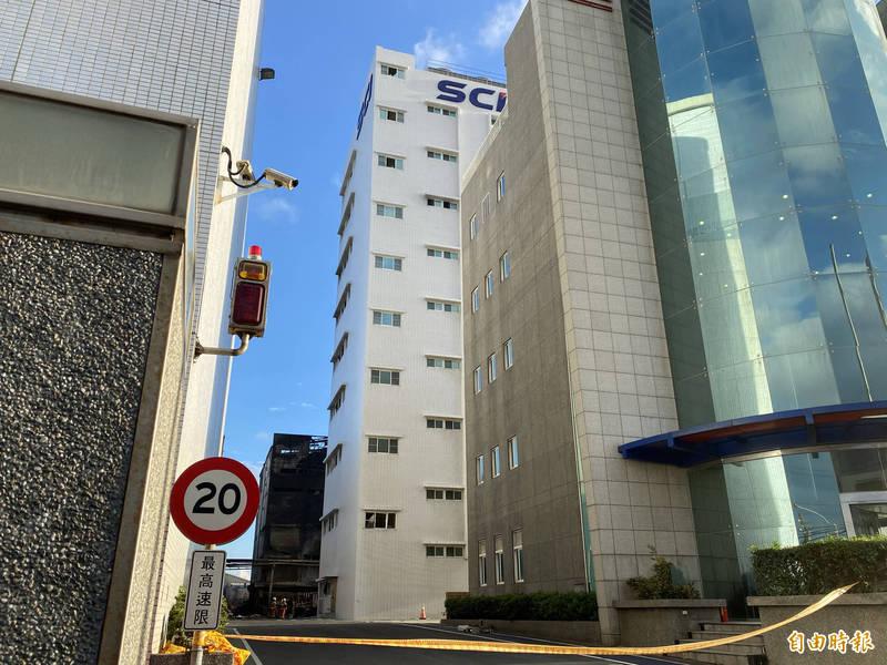 旭富製藥今天上午派員至廠內的「第一在製品區」(SCI標誌大樓)5樓利用長鏡頭往16區3樓照,看見牆邊有7個汽油桶的桶子倒掉。(記者魏瑾筠攝)