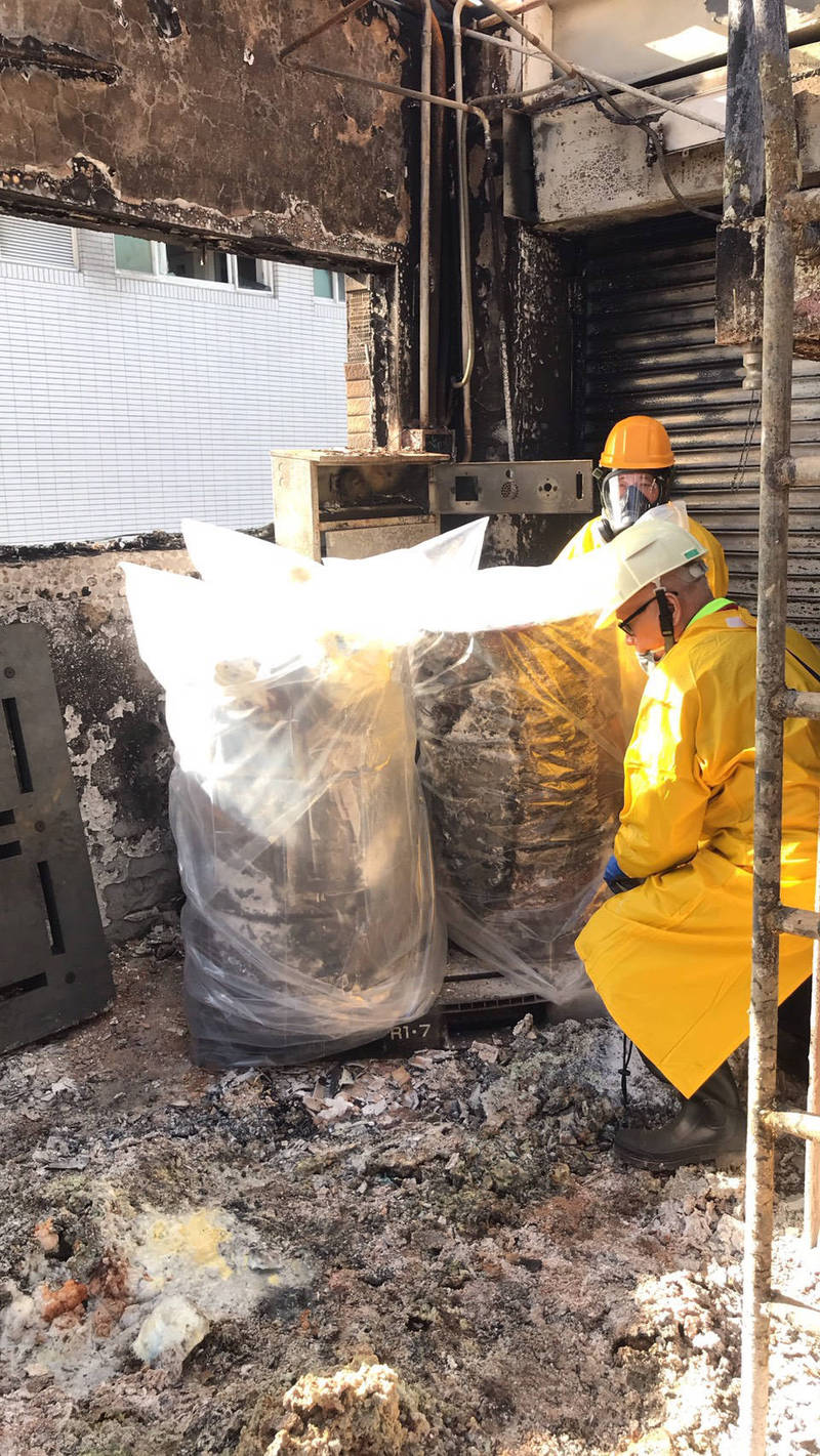 今天下午旭富的安全人員進行火場清點發現,廠內16區3樓還殘留兩桶半、約375公斤的金屬鈉。(記者魏瑾筠翻攝)