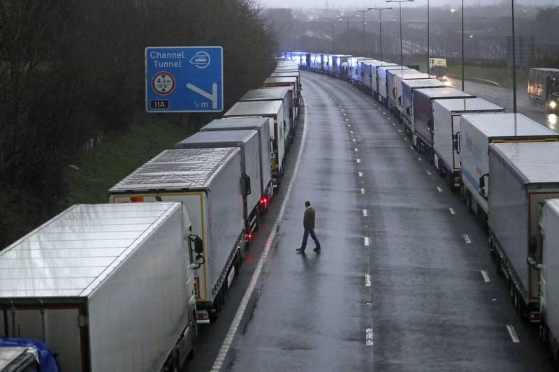 歐盟執委會22日呼籲歐盟各國取消對英國的旅行限制。圖為因英法運輸中斷,而無法進入多佛港的卡車。(美聯社)