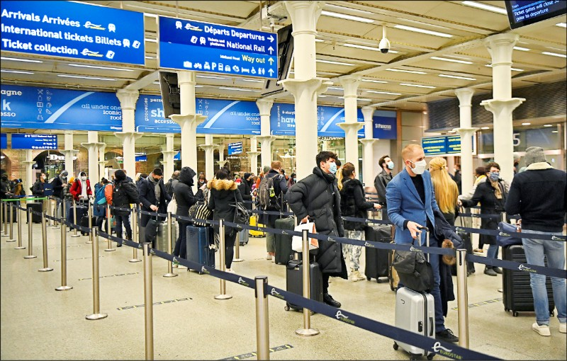 在英國採取最高級別封鎖措施,鄰國也預告將暫停交通往來後,倫敦國王十字聖潘克拉斯站(Kings Cross St Pancras)20日出現準備前往巴黎的「逃難潮」。(歐新社)