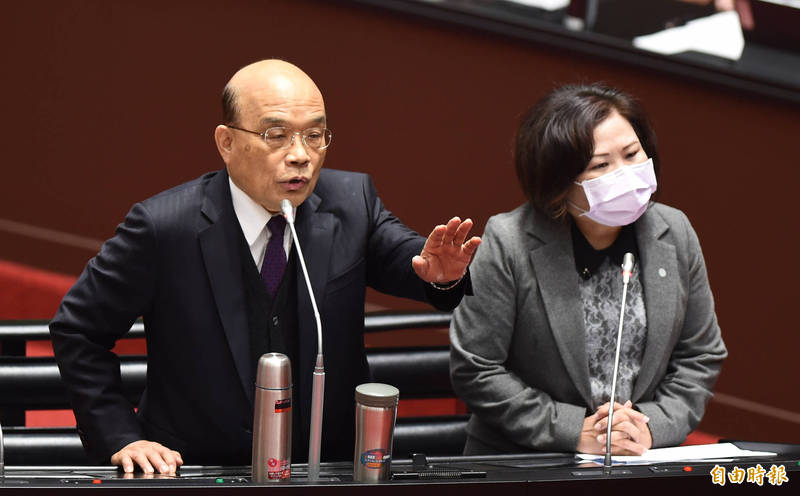 行政院長蘇貞昌赴立院報告備詢,右為勞動部長許銘春。 (記者劉信德攝)