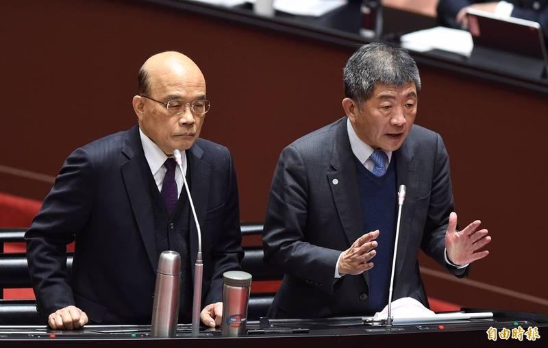 衛福部長陳時中(右)表示,目前方向是要加嚴,將於今天下午1點半記者會宣布。(記者劉信德攝)