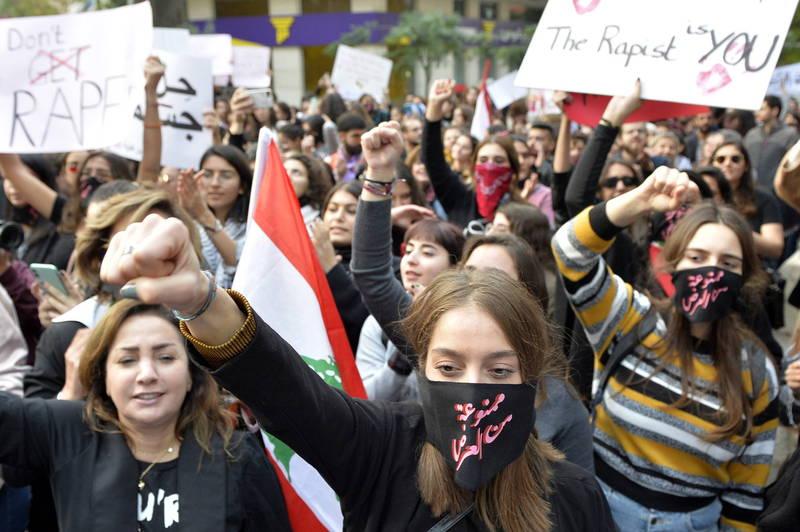 黎巴嫩國會21日通過法案將性騷擾入罪,同日也通過家庭暴力法的修正案,被認為是推動性別平權的重要里程碑。圖為黎巴嫩女性參與性別平權示威。(歐新社資料照)
