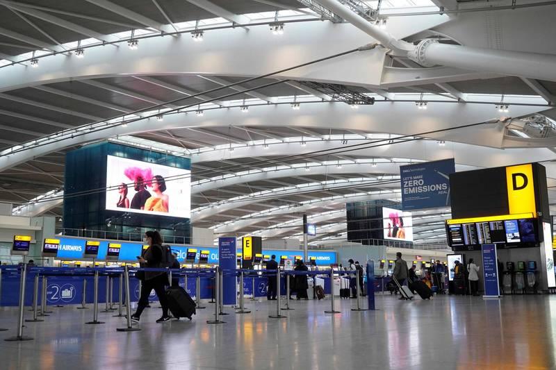 目前已有40多國對英國祭出禁航令及限制入境。圖為倫敦希斯洛雞場(法新社)
