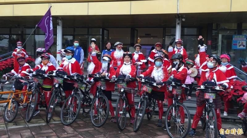傳神協會耶誕傳騎寒冬送暖單車環台活動,30多位不老騎士化身耶誕老人街頭傳遞愛與關懷。(記者黃淑莉攝)
