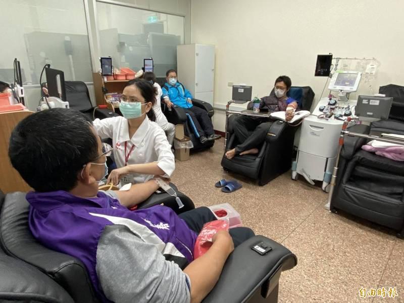 彰化小英之友會今在彰化捐血中心舉辦捐血活動吸引民眾響應。(記者張聰秋攝)