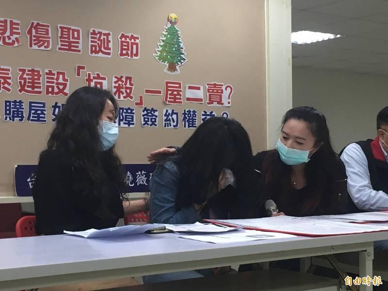 台北市葉小姐(中)與國泰建設有房屋買賣糾紛,今在北市議員應曉薇(右)陪同下,聲淚控訴自己辛苦積攢的1500萬遭國泰建設扣佔,如今房子也沒了。(記者鄭名翔攝)