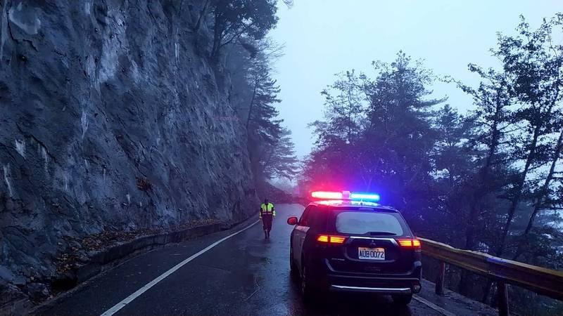 台8線117.4k匡盧隧道附近道路,今下午4點多發生坍方,阻斷雙向交通。(記者王峻祺翻攝)