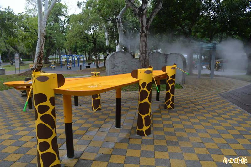 太平坪林森林公園新增「水利小公園」今天啟用,設置了可愛的長頸鹿造型汲水器、雲朵造型噴霧等設施。(記者陳建志攝)
