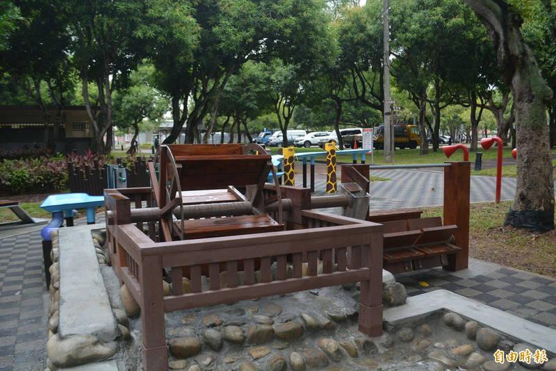 太平坪林森林公園新增「水利小公園」今天啟用,設置了可踩踏體驗的踩踏水車。(記者陳建志攝)