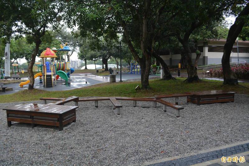 太平坪林森林公園新增「水利小公園」今天啟用,設置了樹枝平衡體健設施。(記者陳建志攝)