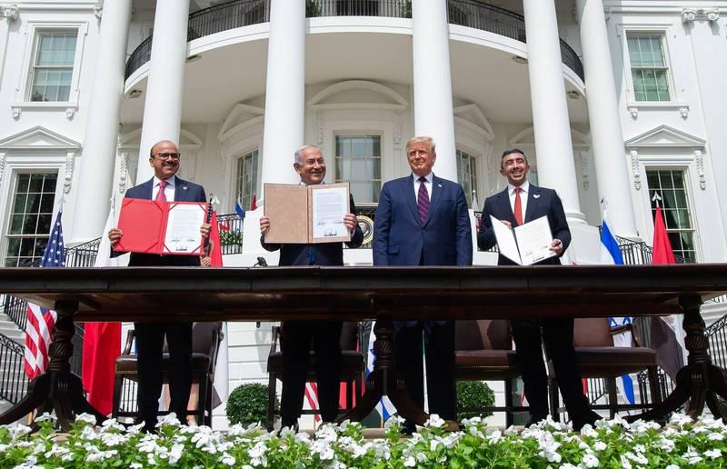 以色列正努力在川普任内与第5个穆斯林国家建交。图为今年9月,在美国总统川普(右2)见证下,巴林外长(左1)、以色列总理(左2)及阿拉伯联合大公国外长(右1)在白宫签署建交相关文件。(法新社)(photo:LTN)