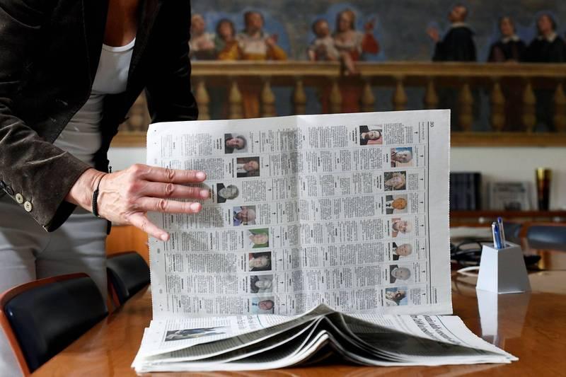 义大利武汉肺炎死者的亲属们23日将向中央和地方政府提起诉讼,求偿1亿欧元。图为义大利报纸上的讣闻栏,满是武汉肺炎死者。(路透)(photo:LTN)
