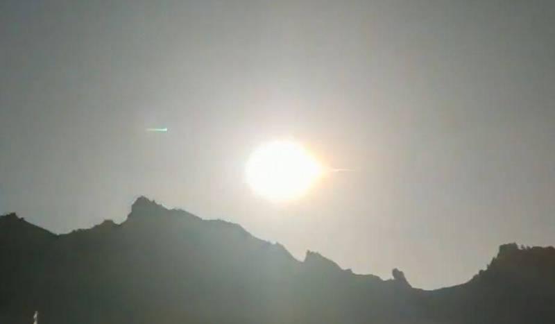 青海囊谦县民拍到大火球坠落瞬间。(图取自微博)(photo:LTN)