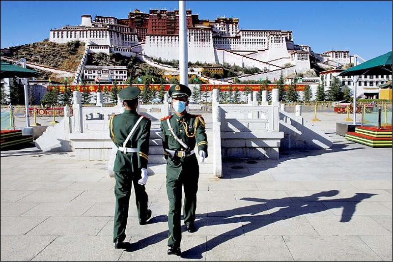 美国国会二十一日通过西藏政策及支援法案,进一步强化对西藏的支持。图为今年十月两名中国武警在西藏首府拉萨的布达拉宫前进行卫兵交接。(路透档案照)(photo:LTN)