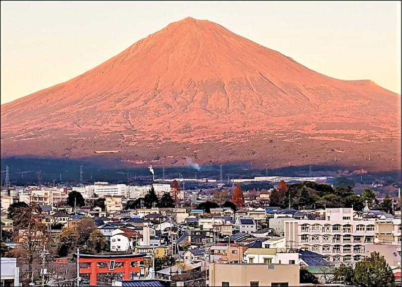 罕見!冬日富士山 仍未見白頭