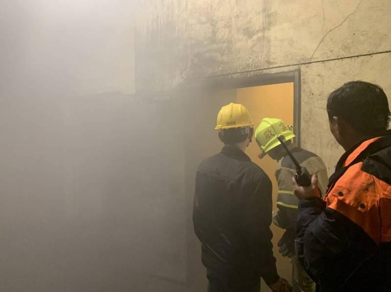 台肥儲槽磷肥產線起火,氣氛一度緊張。(記者張軒哲翻攝)
