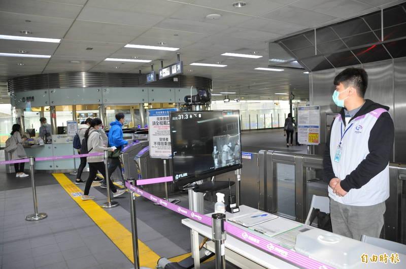 桃園機場捷運各站都設置紅外線熱像測溫儀量測進站民眾的體溫。(記者周敏鴻攝)