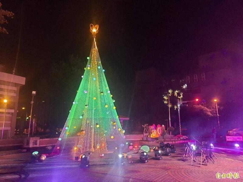 澎湖縣政府舉行耶誕點燈活動,讓民眾享受西洋耶誕歡樂氣氛。(記者劉禹慶攝)