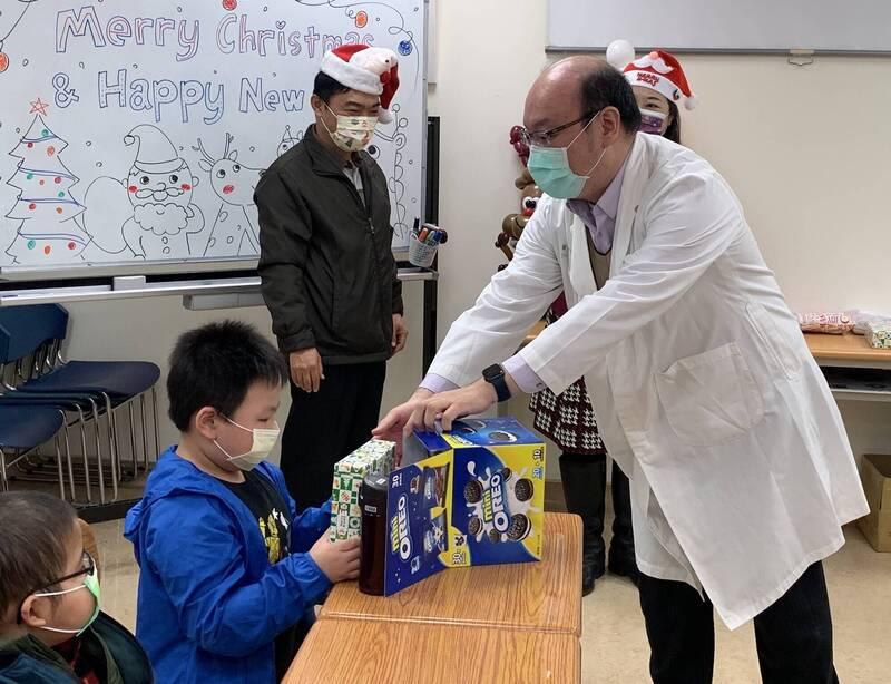 翁德甫醫師送病童耶誕禮物。(記者蔡淑媛翻攝)