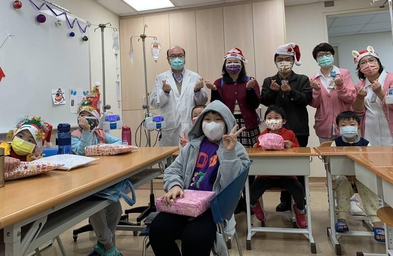 中山附醫在平安夜為床邊教學的病童一起慶祝耶誕。(記者蔡淑媛翻攝)