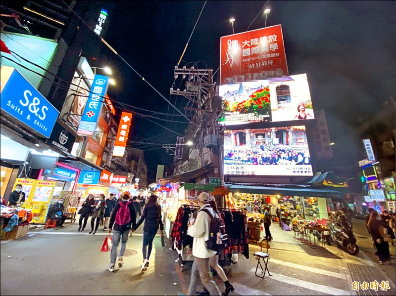 士林夜市人潮有在回升,但不少店家仍撐不下去。(記者楊心慧攝)