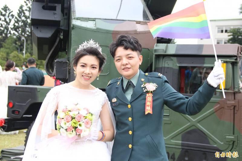國軍聯合婚禮中這對同婚新人陳瑩宣(右)與李沴稹(左)是大學同學,從朋友變成戀人。(資料照,記者許倬勛攝)