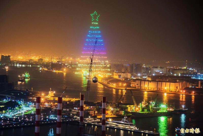 無人機隊在高雄港上空構築出全台最大的耶誕樹,成為今晚活動的亮點。(記者張忠義攝)
