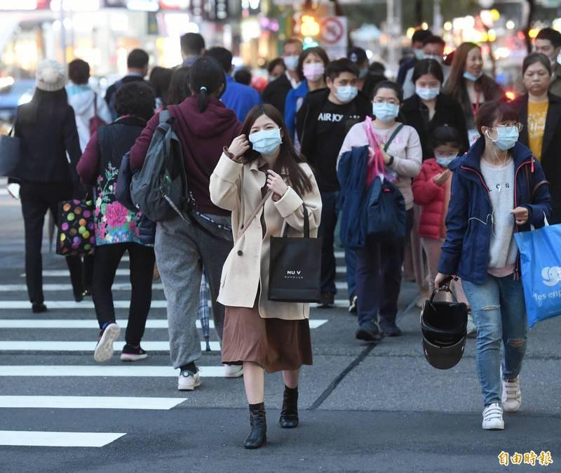 吳德榮今發文表示,最新模式模擬,下週四(31日)晨及元旦晨,北台灣都會區最低氣溫約8、9度,其他平地最低溫更可降至6度左右,挑戰「入冬第一波寒流」的機率很高。(資料照)