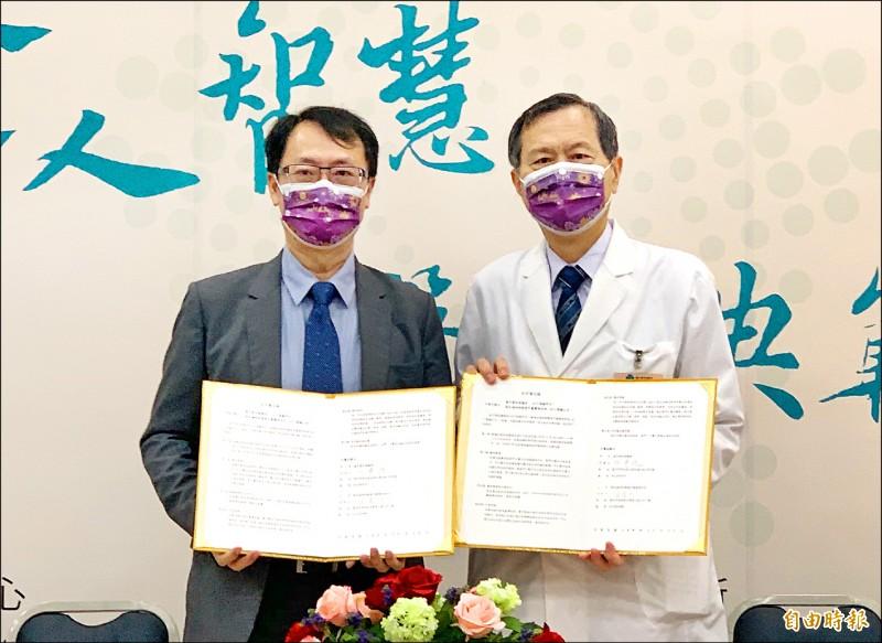 中榮院長許惠恒(右)與國家中醫藥研究所所長蘇奕彰合作,研發中藥複方水煎劑「台灣清冠一號」,證實複方成分能與新冠病毒的棘蛋白結合,阻斷病毒感染。(記者蔡淑媛攝)