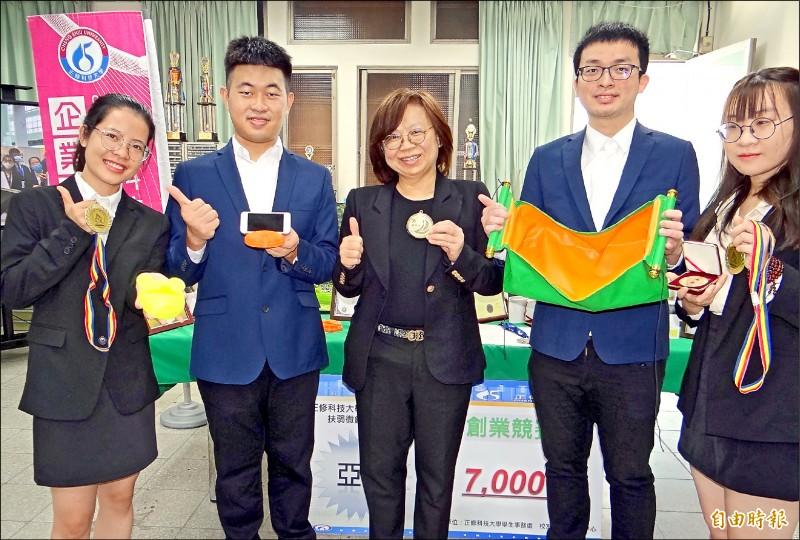 正修科大師生團隊在國際發明展奪4金3銀1特別獎。 (記者洪臣宏攝)