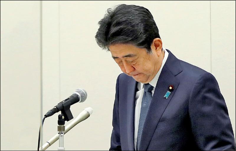 日本前首相安倍晉三捲入的補貼樁腳餐會經費未申報風波,廿四日雖獲檢方不起訴,但他仍以政治責任重大為由,召開記者會向國民致歉。(路透)