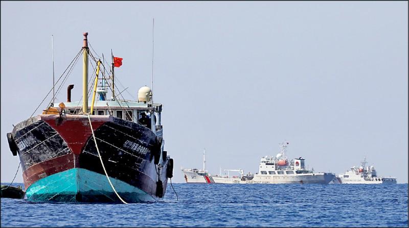 我国、中国和菲律宾皆声索主权的黄岩岛,目前在中方实际控制下。图为中国海警船二○一七年四月五日在该岛附近海域巡逻,行经一艘中国渔船。(路透档案照)(photo:LTN)