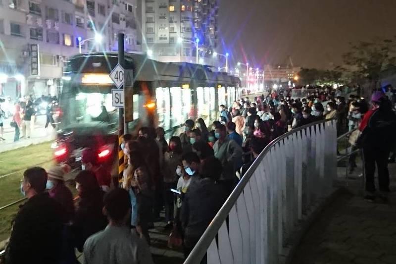 高雄輕軌光榮碼頭站昨晚湧入大批民眾。(記者王榮祥翻攝)