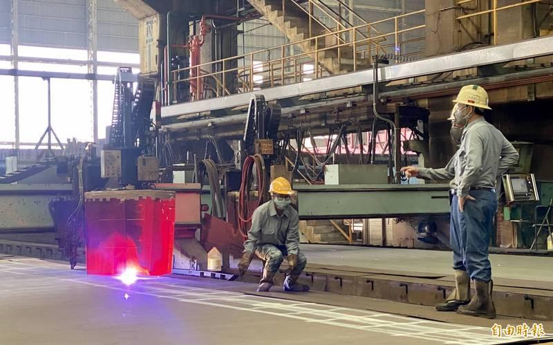 新建緝私艇第一塊鋼板進行切割,象徵正式動工。(記者洪臣宏攝)