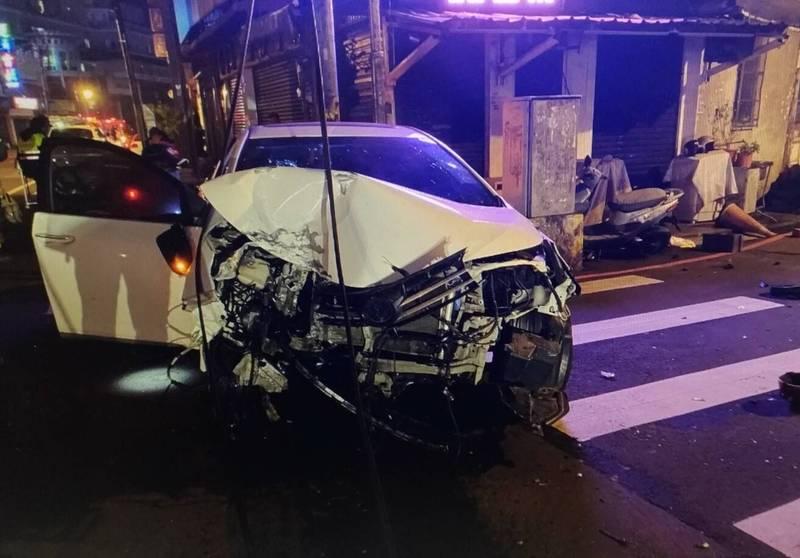 白色轎車幾近全毀。(記者許倬勛翻攝)