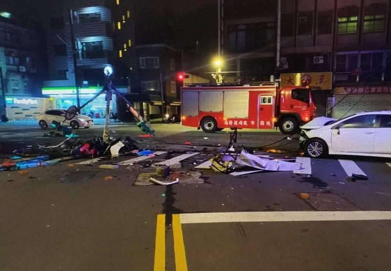 白色轎車幾近全毀,車禍現場一片混亂。(記者許倬勛翻攝)