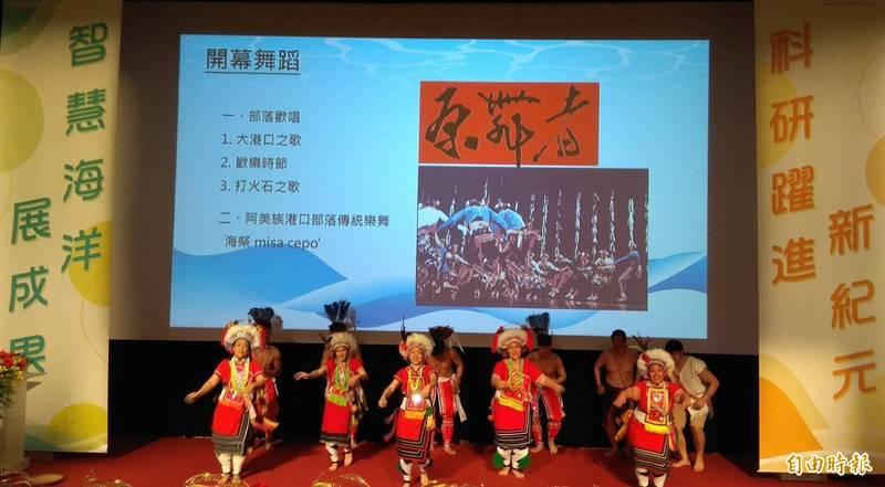 原舞者表演與原住民海洋文化有關的傳統歌舞,藉以凸顯海洋基本法納入原住民海洋文化的核心理念。(記者洪定宏攝)