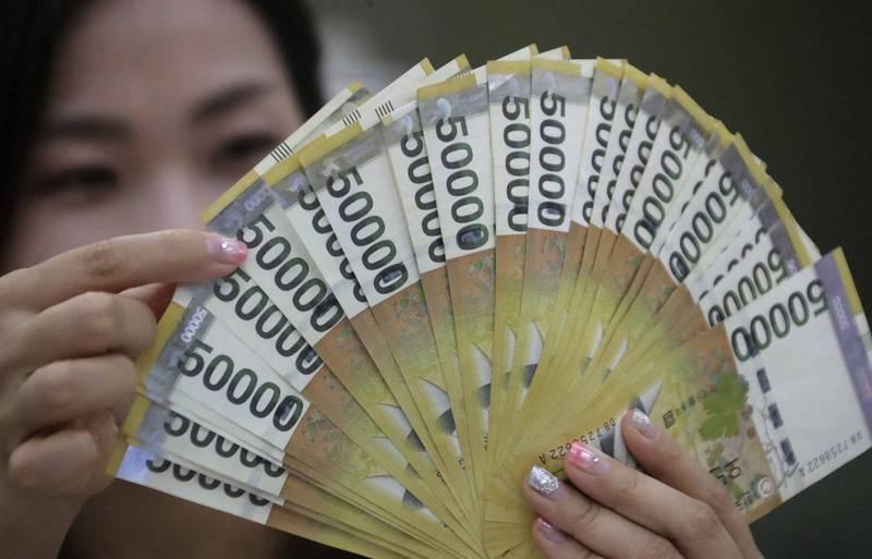 南韓男子買彩券爽中7.8億韓元(約新台幣1991萬元)頭獎,但他卻因為家庭糾紛被妻子殺害。韓元現鈔示意圖。(歐新社)