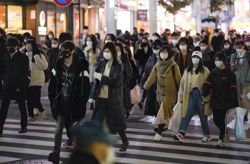 日本24日全境共增3740例確診病例、54例死亡病例,重症病例更暴增25例。圖為東京街景。(歐新社)