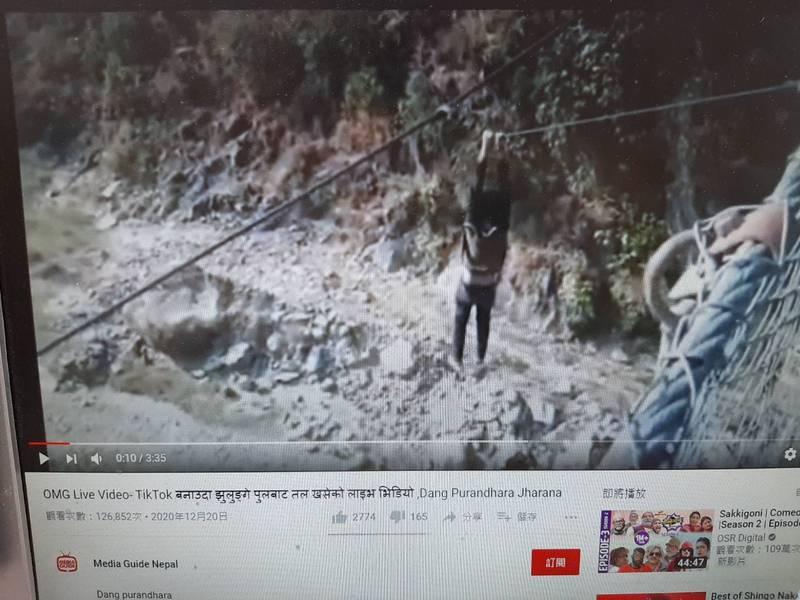 塔帕竟攀爬到吊橋外側抓住繩索,要求隨行友人為他拍攝TikTok,最後體力不支無法回到吊橋上,從20公尺高的橋邊墜落至河床上,送醫搶救兩天後仍須告不治。(翻攝Youtube影片)