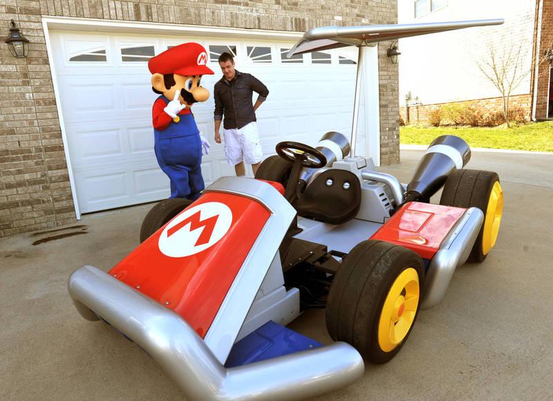 圖為任天堂官方活動製作出現實版瑪琍歐賽車。(美聯社檔案照)
