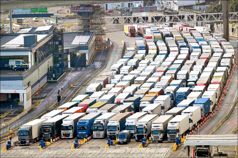 大批货柜车排队准备进入英格兰的多佛港。(法新社档案照)(photo:LTN)